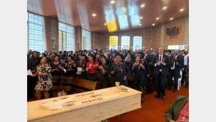 Drieduizend mensen nemen afscheid van vermoorde pater Jef Hollanders