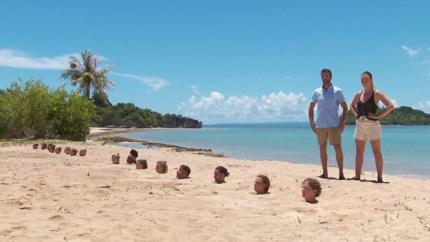 Kandidaten starten de strijd ingegraven in het strand