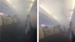 Passagiers in paniek wanneer vliegtuig zich vult met zwarte rook