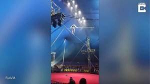 Russische touwloper verliest zijn balans...op 10 meter hoogte