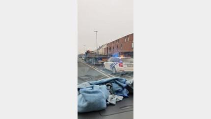 Steunbalken en betonnetten liggen los op oplegger: boete van 350 euro