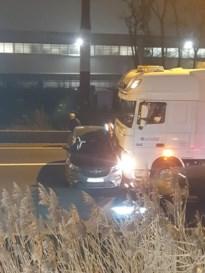 Auto zet zich dwars voor truck bij ongeval op E314