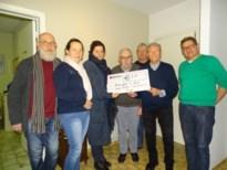Mijnwerkers-Brancardiers geven cheque aan Benefits 4 Kids