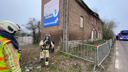 Afval in kraakpand in brand gestoken