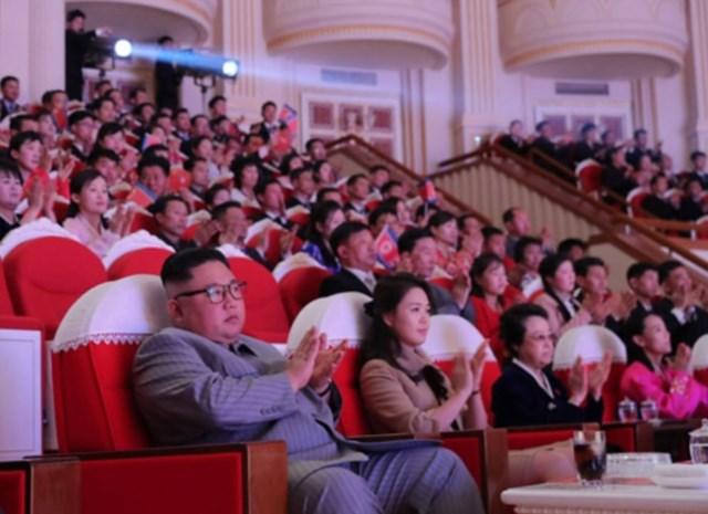 """Tante van Kim Jong-un duikt zes jaar na haar """"dood"""" weer op naast Noord-Koreaanse dictator"""