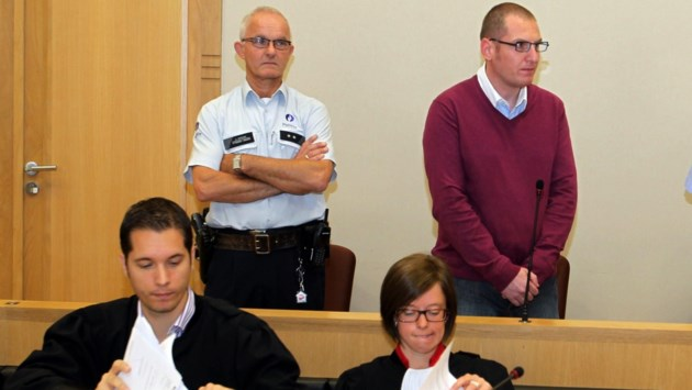 Oudermoordenaar veroordeeld tot levenslang mag gevangenis paar uur verlaten