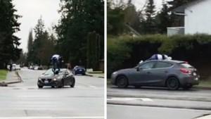 Bizar geval van verkeersagressie: man springt op dak van bewegende auto