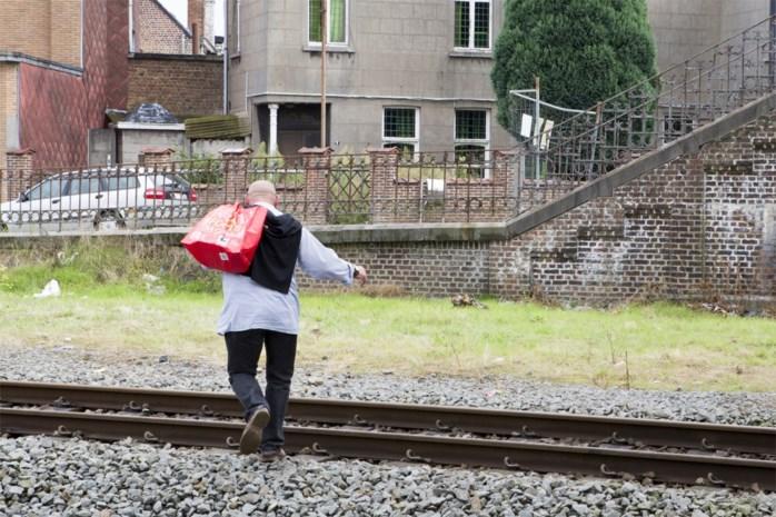 Grote groepen migranten op treinsporen en snelweg in Doornik: 76 mensen opgepakt