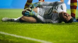 KV Mechelen-doelman Yannick Thoelen gaat in eerste minuut pijnlijk in de fout en moet kermend van de pijn gewisseld worden