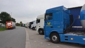 Minister grijpt in: aparte snelwegparkings voor auto's en vrachtwagens