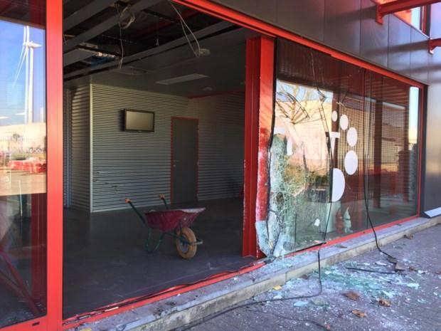 "Terreinwagen rijdt Lummens kantoorgebouw binnen: ""Als bij wonder geen doden"""