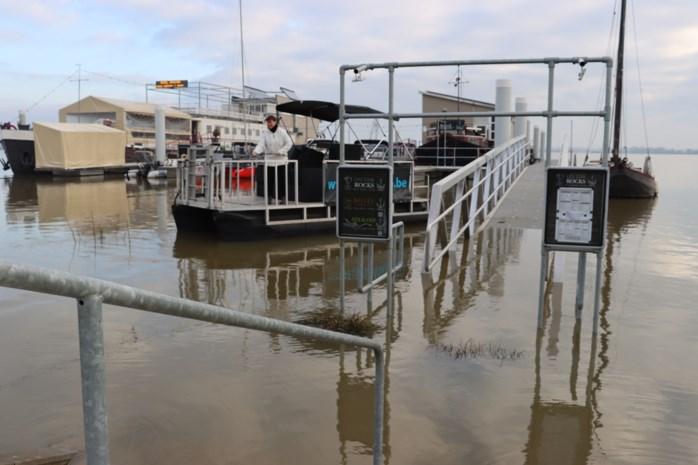 Hoge waterstand Maas: gasten moeten met bootje naar boothotel