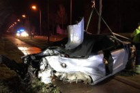 Auto vliegt over middenberm en komt in gracht terecht, twee gewonden