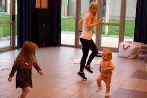 Peuters dansen samen met ouders en grootouders in Hall 20