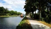 Jongeren gooien hekken en metalen kooi in kanaal: scheepvaart belemmerd