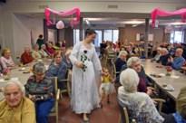 Pelts rusthuis viert Valentijn met modeshow met trouwjurken: