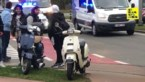 Bromfietsster valt na botsing tegen aanhangwagen