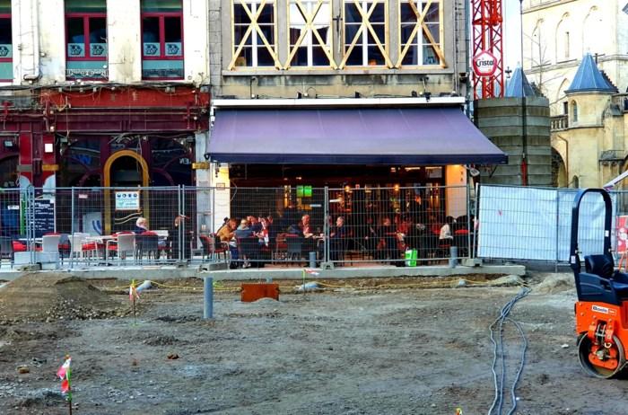 Beton en winterzonnetje: meer is er niet nodig voor terrasjes op Grote Markt