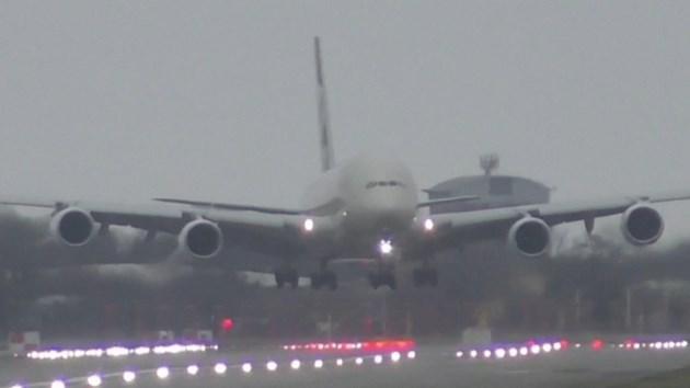 Het grootste passagiersvliegtuig landen in een storm? Dat doe je zo