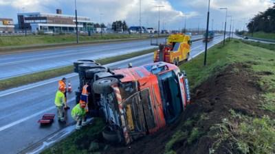 Vrachtwagen kantelt na uitwijkmanoeuvre op Klaverblad