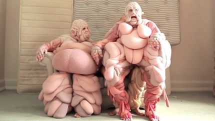 """Ontwerpster maakt angstaanjagende vleespakken om het """"ideale"""" lichaam te ondermijnen"""