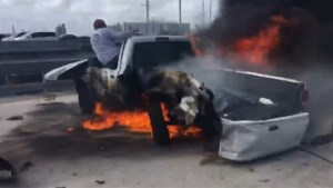 Voorbijganger redt man op het nippertje uit brandende auto en deelt dan ontroerende boodschap op sociale media