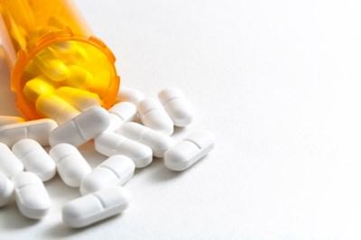 Druggebruikster (28) uit Hamont-Achel rijdt rond met verboden wapen, pillen en drugs