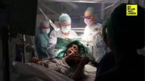 Straffe beelden: vrouw speelt viool tijdens eigen operatie