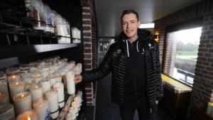 Jan Zimmermann brandt kaarsje voor Greenyard Maaseik