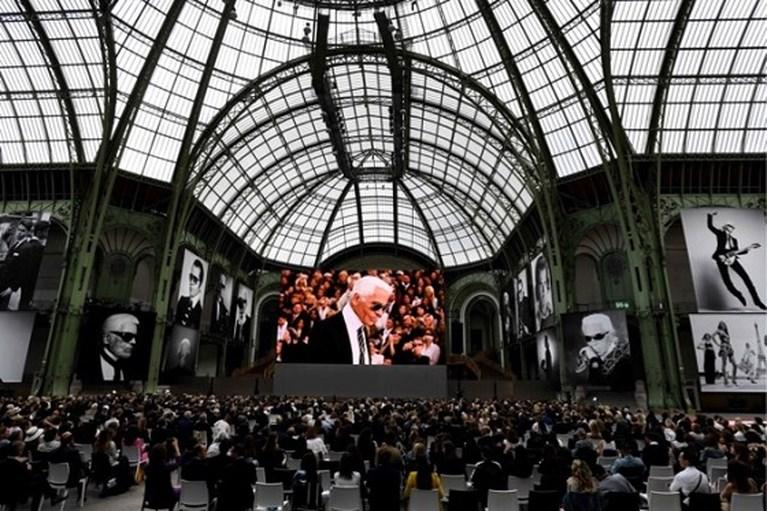 Een jaar geleden stierf Karl Lagerfeld, maar hij is levendiger dan ooit