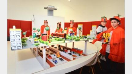 Leerlingen stellen hun oplossing voor Noord-Zuid voor... in Lego