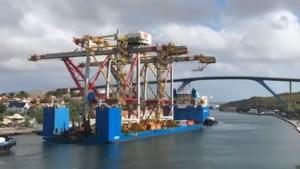 Dure inschattingsfout: vrachtschip met kranen aan boord botst tegen brug