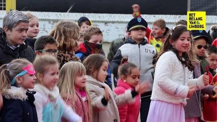 Eerste carnavalsstoet van Basisschool De Startbaan Lanklaar