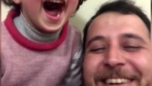 Het verhaal achter de tragische lach: waarom Syrische vader dochtertje doet lachen tijdens bombardement