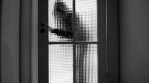 Bewoners verstopt zich als inbrekers binnendringen