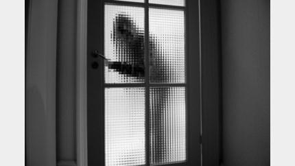 Bewoner verstopt zich als inbrekers binnendringen
