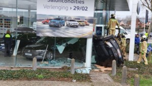 Auto ramt glas showroom VW-garage Jaspers: nieuwe auto's beschadigd