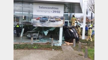 Auto ramt glas showroom VW-garage Jaspers: bekijk hier de beelden van het ongeval