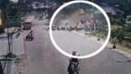 Hallucinante beelden: truck crasht bovenop huis