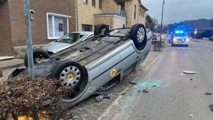 Auto over de kop, niemand gewond