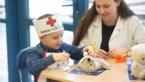 Kinderen verzorgen en opereren 300 gewonde patiënten in TeddyBear Hospital