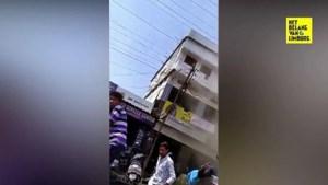 Omstaanders kunnen instortend gebouw nipt ontwijken