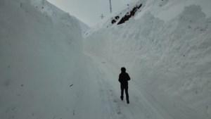 Turks dorp bedolven onder laag sneeuw van zes meter