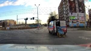 Rijdende ambulance vergeet achterdeur te sluiten