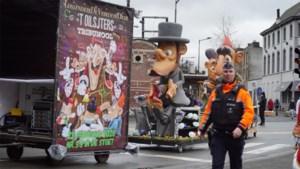 Praalwagen met Joodse karikatuur sluit aan in stoet: carnavalist deelt 'jodensterren' uit