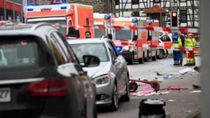 "Auto rijdt opzettelijk in op Duitse carnavalsstoet, dertig gewonden: ""Mercedes gaf nog gas bij"""