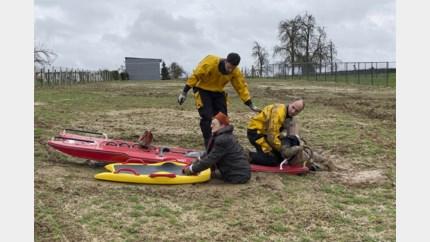 Brandweer moet weggezakte wandelaars uit slijk bevrijden in Rijkhoven