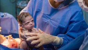 Baby'tje wordt geboren, maar is allesbehalve onder de indruk van de wereld