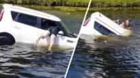 Vader en zoon redden bewusteloze vrouw uit zinkende auto