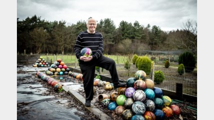 Leon (70) geeft 220 oude bowlingballen weg